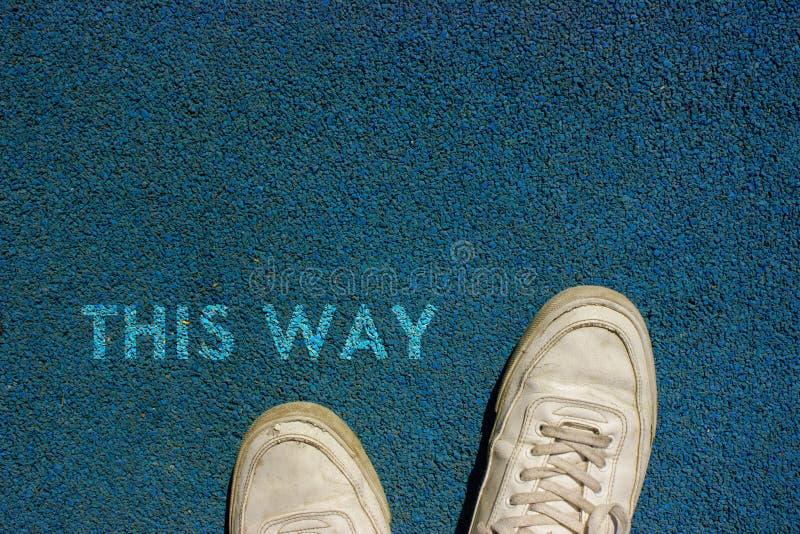 Nuevo concepto de la vida, lema de motivación con palabra ESTA MANERA por motivo de la manera del paseo foto de archivo
