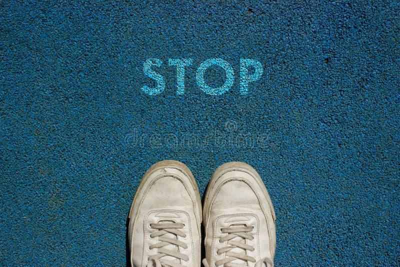 Nuevo concepto de la vida, lema de motivación con la PARADA de la palabra por motivo de la manera del paseo imágenes de archivo libres de regalías