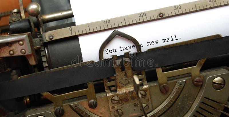 Nuevo correo, máquina de escribir vieja foto de archivo