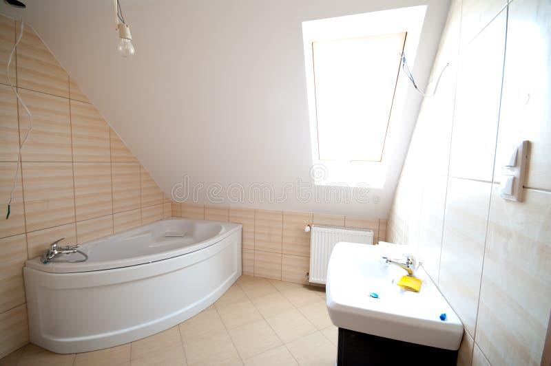 Nuevo cuarto de baño fotos de archivo