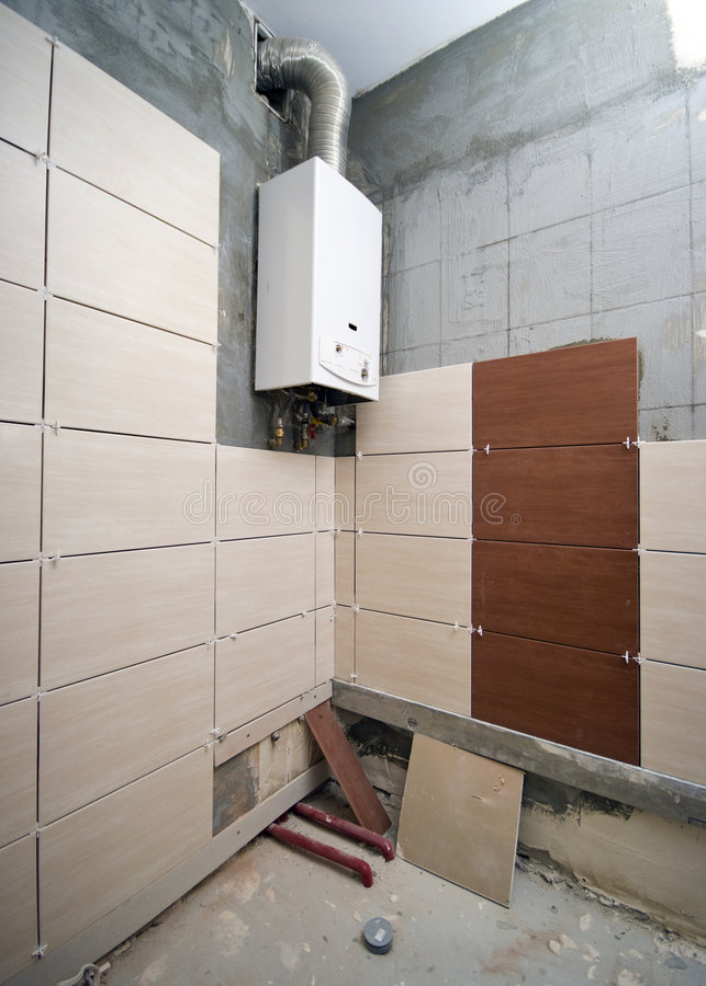 Nuevo cuarto de baño embaldosado parcialmente fotografía de archivo libre de regalías