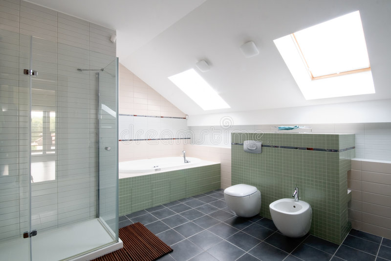 Nuevo cuarto de baño moderno foto de archivo libre de regalías