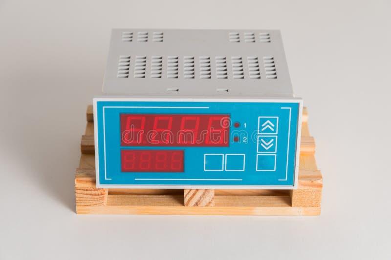 Nuevo dispositivo de control para la ventilación del aire fresco en un fondo gris imagen de archivo