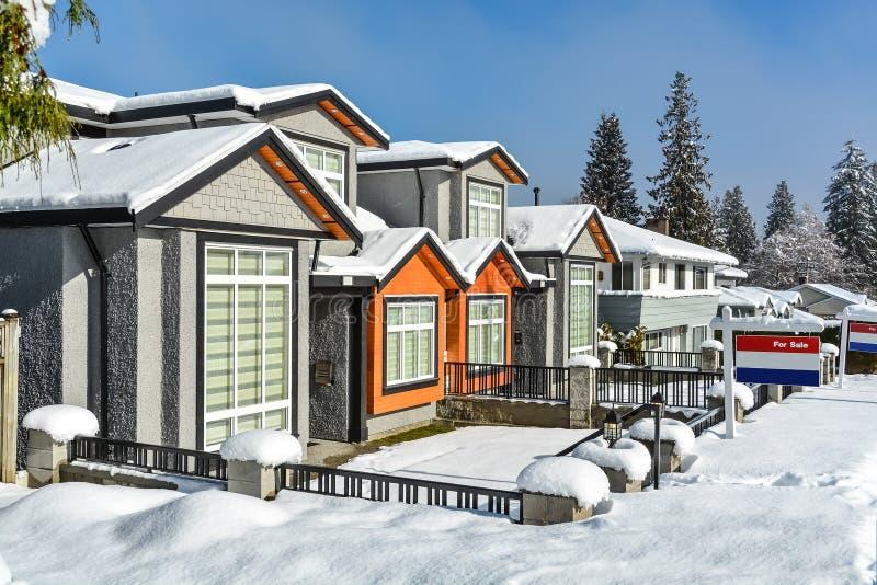 Nuevo domicilio familiar en venta Nueva casa en los suburbios en un día de invierno soleado fotografía de archivo libre de regalías