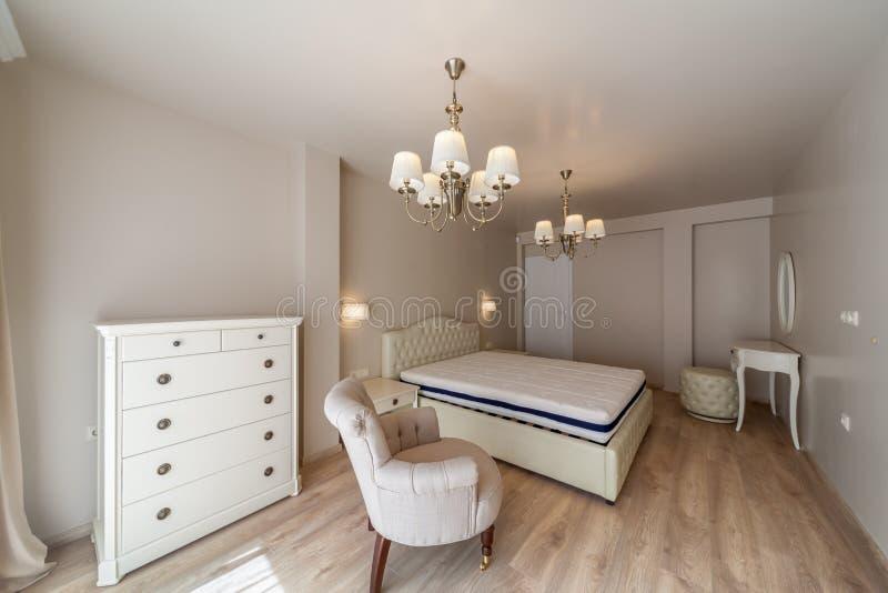 Nuevo dormitorio moderno de lujo Nuevo hogar Fotografía interior fotos de archivo libres de regalías