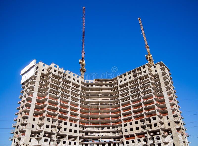 Nuevo edificio monolítico en un fondo del cielo claro fotos de archivo