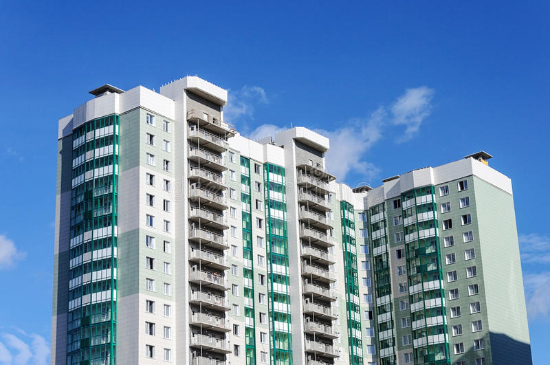 Nuevo edificio residencial de varios pisos moderno imágenes de archivo libres de regalías