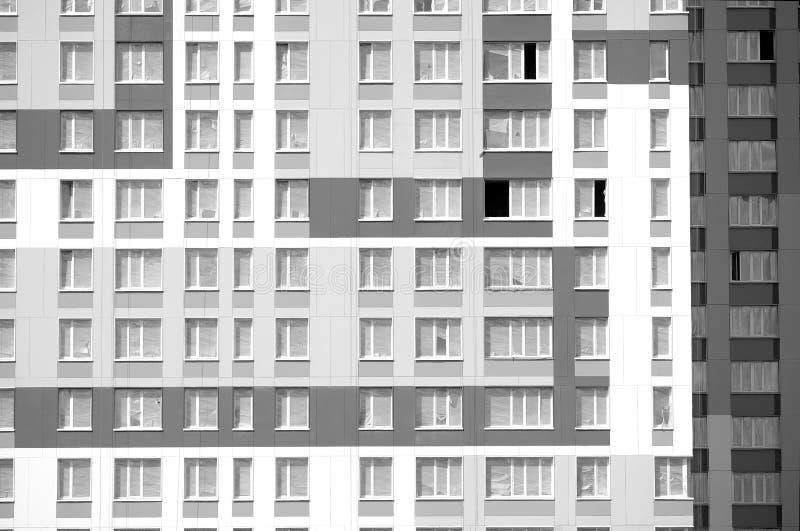Nuevo edificio urbano residencial moderno con la pared acabada con vista delantera de muchas ventanas el día soleado fotografía de archivo