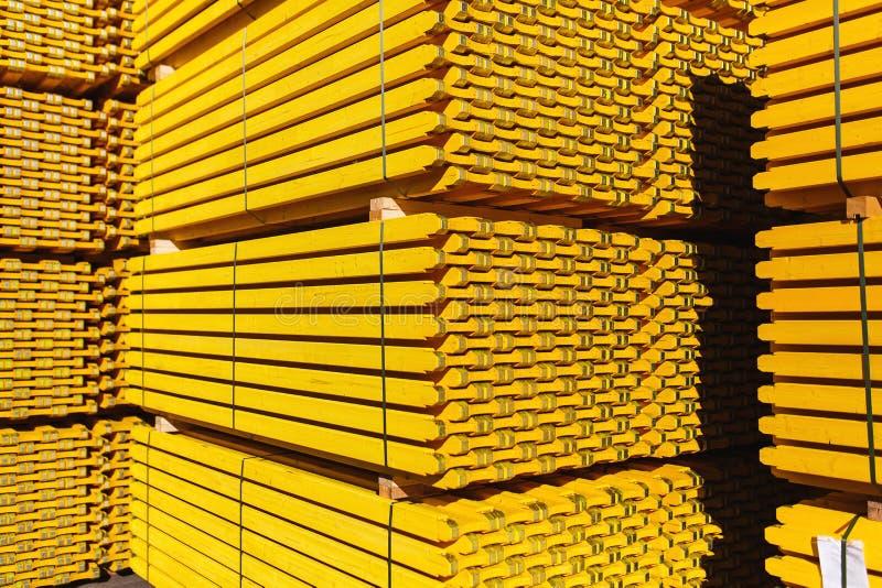 Nuevo encofrado de madera amarillo apilado en un almacén en pilas grandes fotografía de archivo