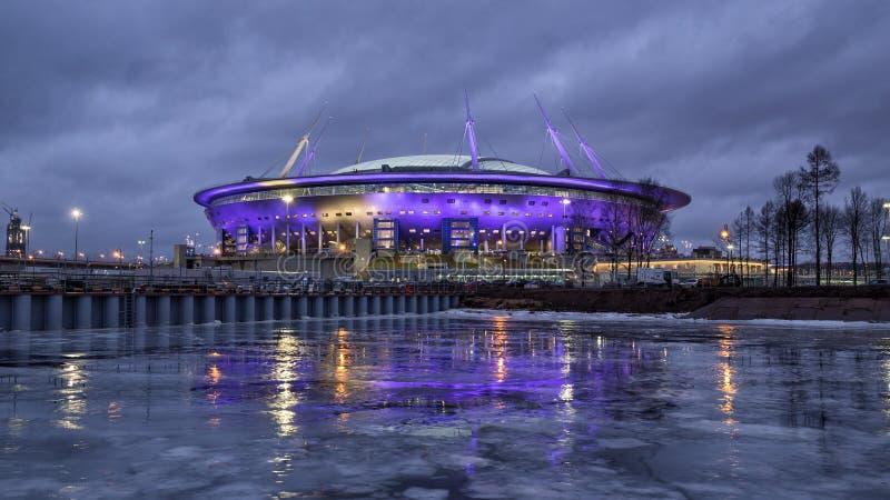 Nuevo estadio en St Petersburg en la noche imagenes de archivo