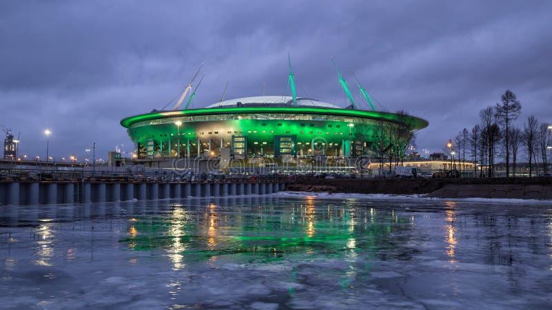 Nuevo estadio en St Petersburg en la noche imagen de archivo