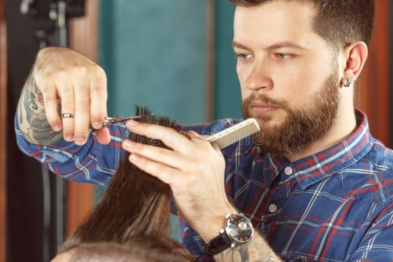 Nuevo estilo del corte de pelo en peluquería de caballeros fotos de archivo