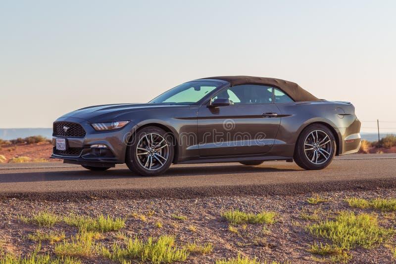 Nuevo Ford Mustang Cabriolet de plata en Arizona fotos de archivo