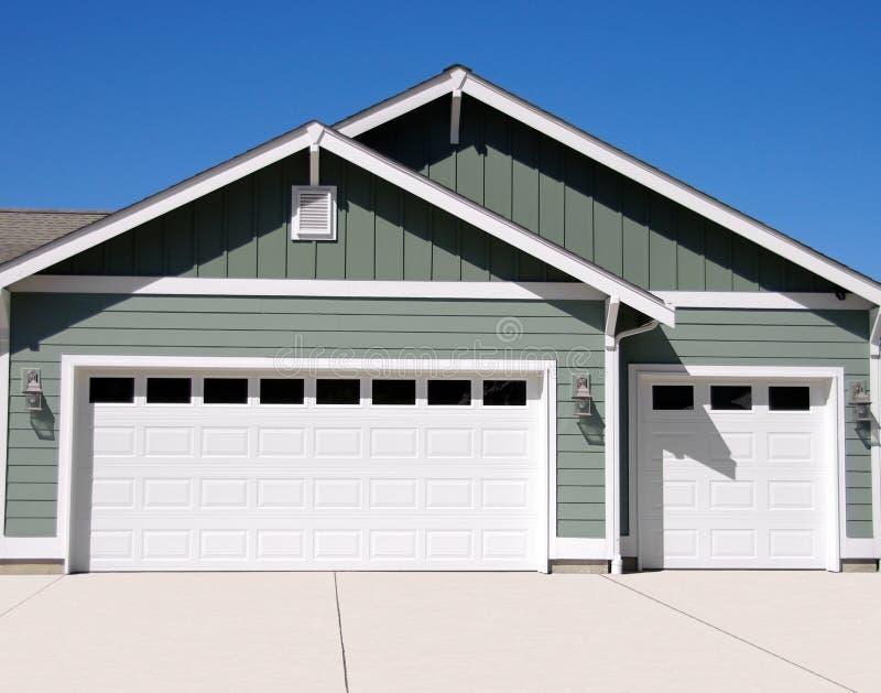 Nuevo garage fotografía de archivo