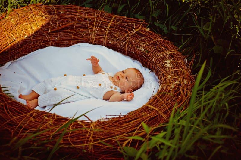 Nuevo hogar para el bebé recién nacido El bebé recién nacido disfruta de vida despreocupada Abastecimiento de un comienzo sano en imagenes de archivo