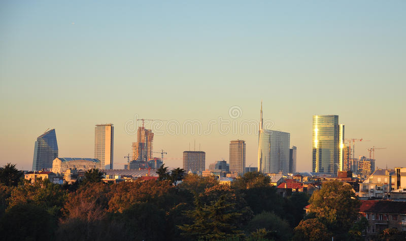 Nuevo horizonte de Milano por salida del sol foto de archivo libre de regalías