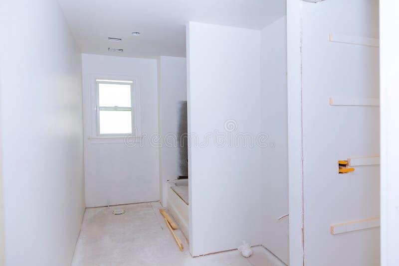 Nuevo interior inferior del cuarto de baño de la construcción con la mampostería seca y remendar fotos de archivo libres de regalías