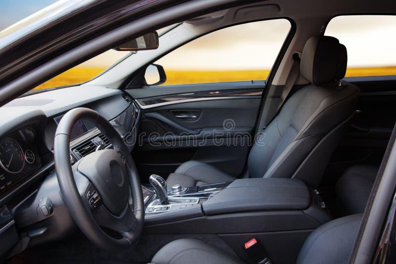 Nuevo interior moderno del coche fotos de archivo