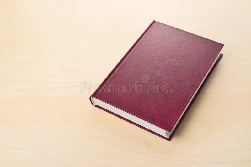 Nuevo libro de tapa dura rojo con la cubierta en blanco fotografía de archivo