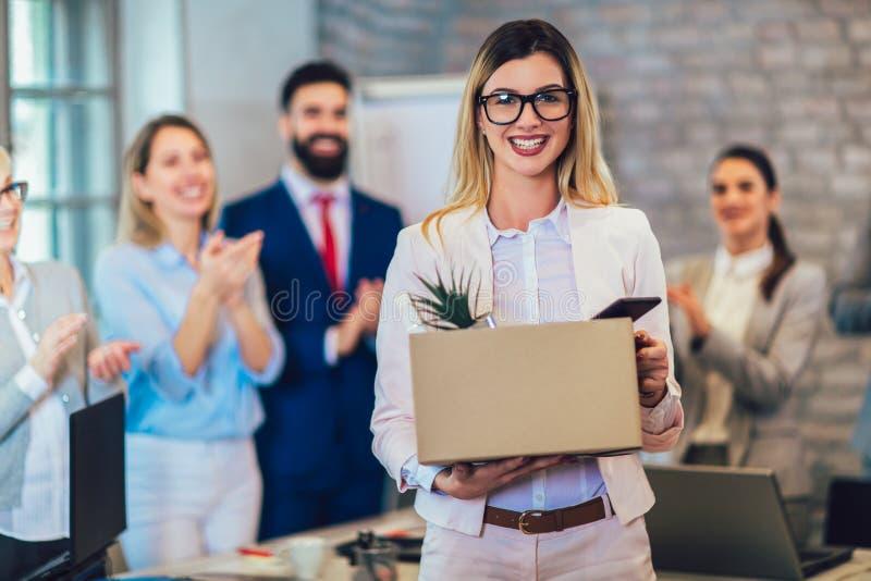 Nuevo miembro del equipo, recién llegado, aplaudiendo al empleado de sexo femenino, felicitando al oficinista con la promoción fotos de archivo libres de regalías