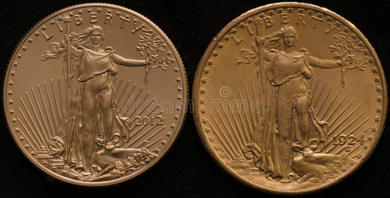 Nuevo oro Eagle Coin de los E.E.U.U. contra Viejo doble Eagle Coin del oro de los E.E.U.U. imagen de archivo libre de regalías