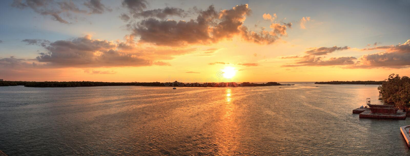 Nuevo paso de la puesta del sol de la bahía de Estero en Bonita Springs fotografía de archivo