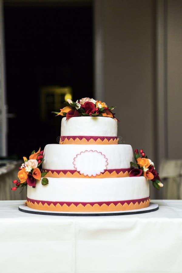 Nuevo pastel de bodas colorido hermoso blanco en tres gradas foto de archivo libre de regalías