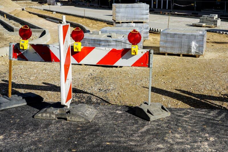 Nuevo pavimento que hace con los bloques de la piedra en ciudad imagen de archivo