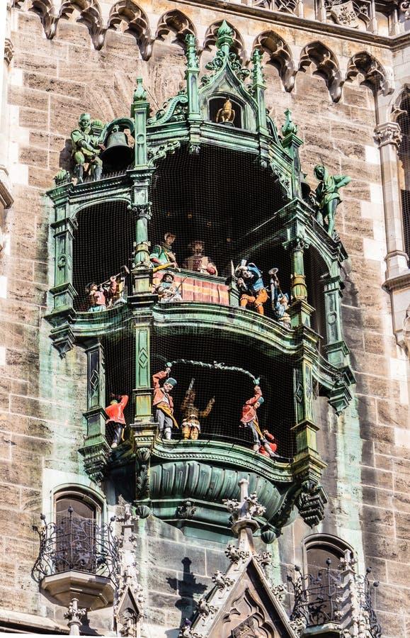 Nuevo primer del carillón de la torre de Councill Pasillo en el cuadrado de Marienplatz imágenes de archivo libres de regalías