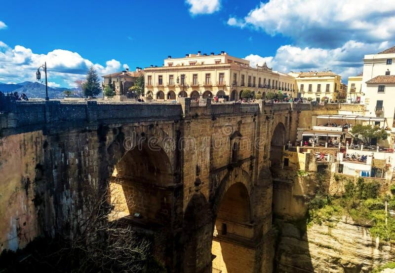Nuevo puente en Ronda, uno de los pueblos blancos famosos en Andalucía foto de archivo