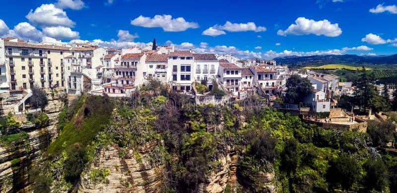 Nuevo puente en Ronda, uno de los pueblos blancos famosos en Andalucía imagen de archivo