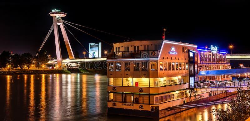 Nuevo puente la mayoría del SNP en Bratislava en la noche Puente de la sublevación nacional eslovaca o del UFO foto de archivo