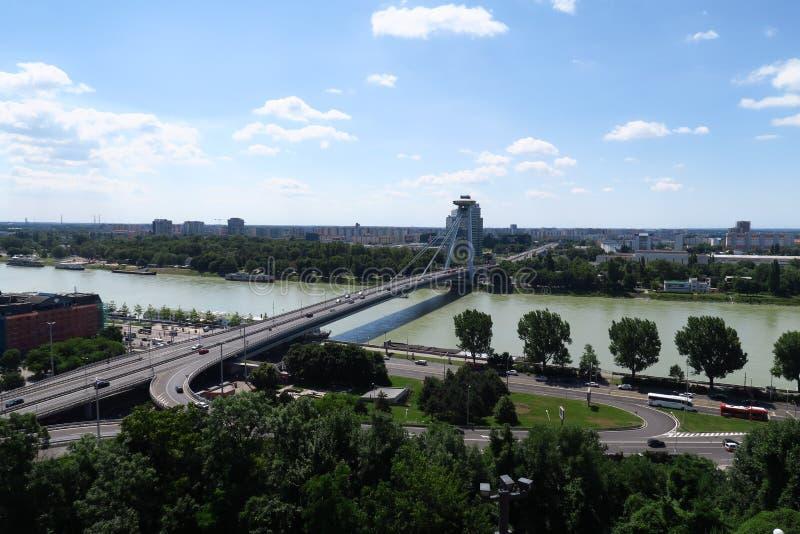 Nuevo puente sobre el río Danubio en la capital Bratislava de Slovakias imagen de archivo libre de regalías