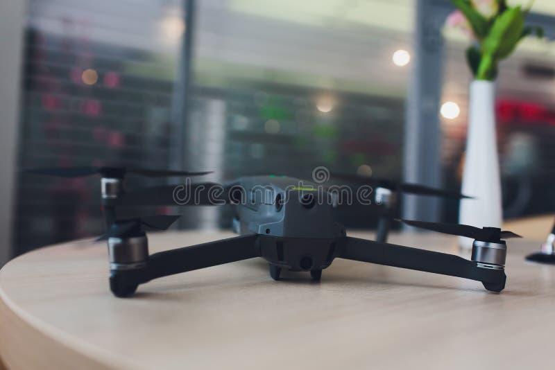 Nuevo quadcopter gris oscuro del abejón con la cámara digital y los sensores imágenes de archivo libres de regalías