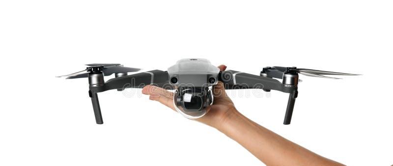Nuevo quadcopter gris oscuro del abejón con la cámara digital y los sensores que vuelan en blanco foto de archivo