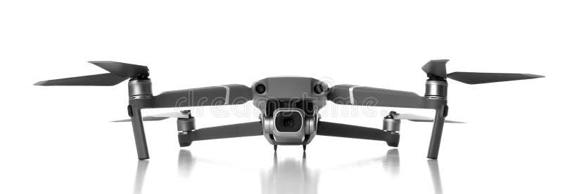 Nuevo quadcopter gris oscuro del abejón con la cámara digital y los sensores que vuelan en blanco imagen de archivo