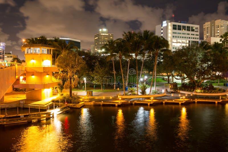 Download Nuevo Río En El Pie Céntrico Lauderdale En La Noche, La Florida, Los E.E.U.U. Foto editorial - Imagen de lauderdale, iluminado: 64202426