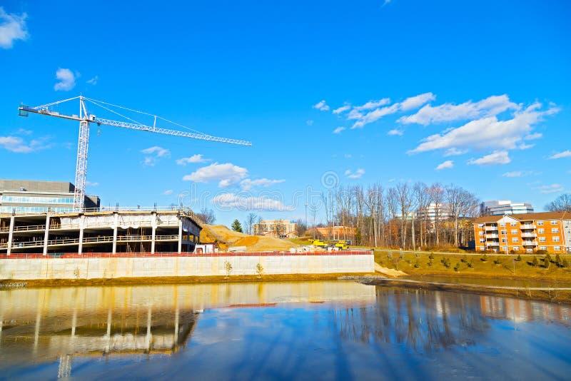 Download Nuevo Sitio De La Construcción De Edificios Cerca De La Charca Foto de archivo - Imagen de construcción, asoleado: 42430152