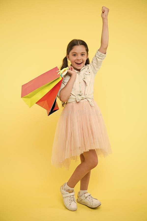Nuevo vestido comprado Gustos shopaholic de la muchacha que hacen compras el la estación de la venta Compras lindas del fashionis fotos de archivo