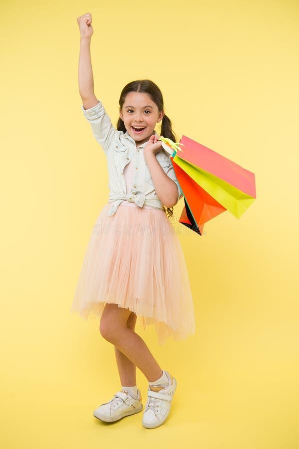 Nuevo vestido comprado Gustos shopaholic de la muchacha que hacen compras el la estación de la venta Compras lindas del fashionis foto de archivo libre de regalías