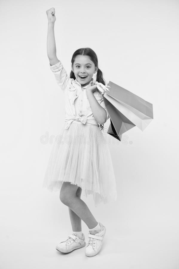 Nuevo vestido comprado Gustos shopaholic de la muchacha que hacen compras el la estación de la venta Compras lindas del fashionis fotografía de archivo libre de regalías