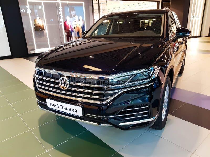 Nuevo Volkswagen Touareg en la alameda local fotos de archivo libres de regalías