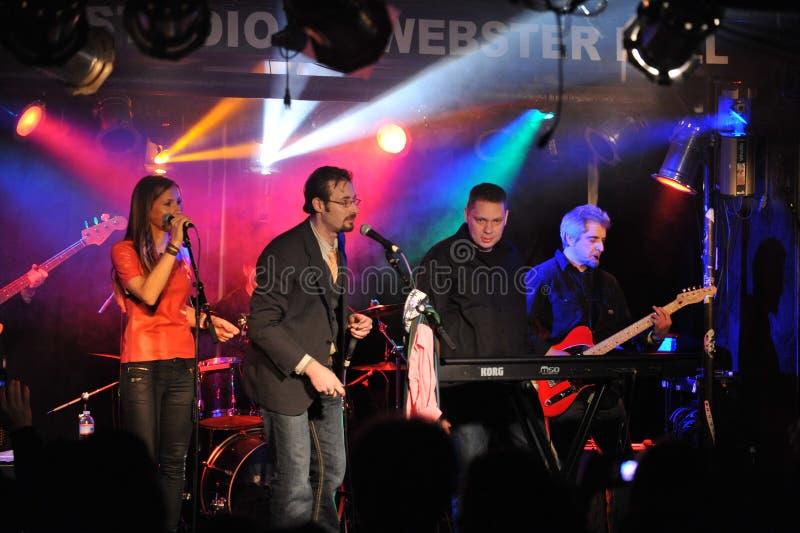 NUEVO YORK 27 DE FEBRERO: El grupo de la música dentro del bolsillo se realiza en etapa durante el festival ruso de la roca en Web foto de archivo
