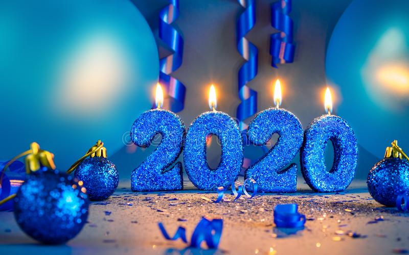 Nuevos años Cañales de brillo azul 2020 con globos y timones fotos de archivo