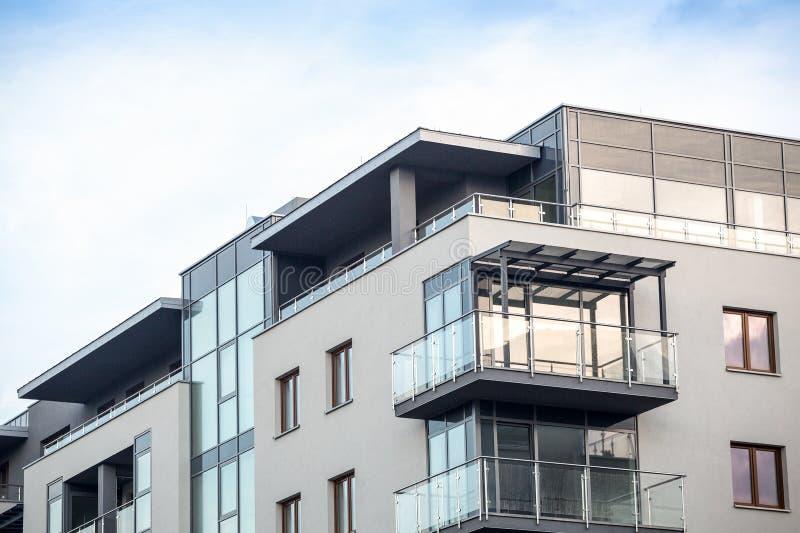 Nuevos apartamentos modernos en el centro de ciudad fotos de archivo