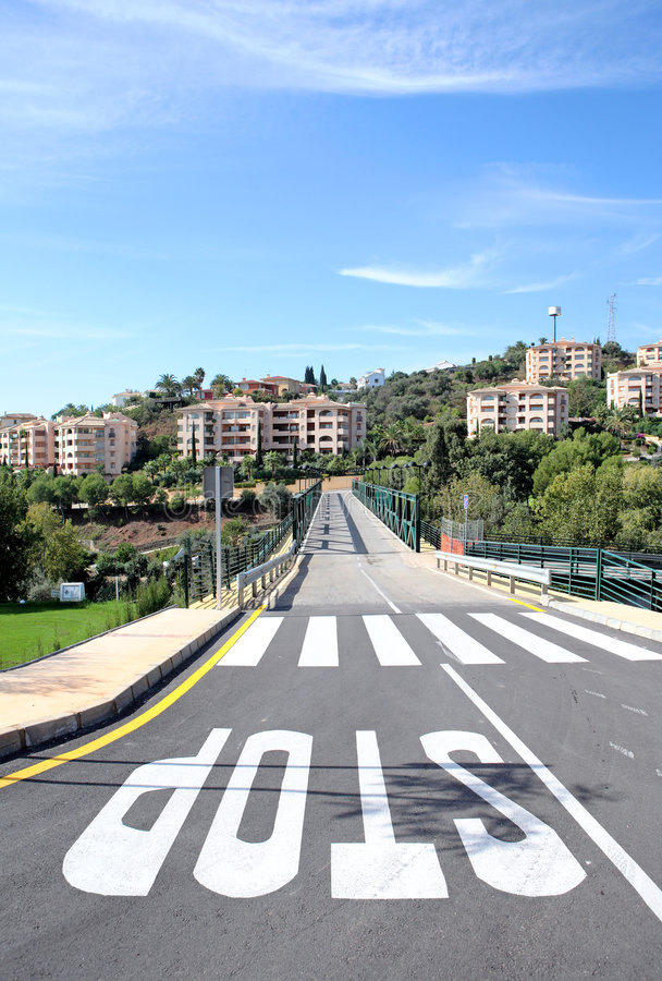 Nuevos camino y puente sobre campo de golf en España foto de archivo