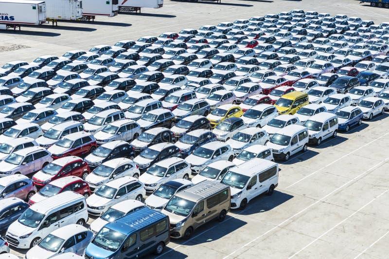 Nuevos coches y furgonetas en el puerto de Barcelona imágenes de archivo libres de regalías
