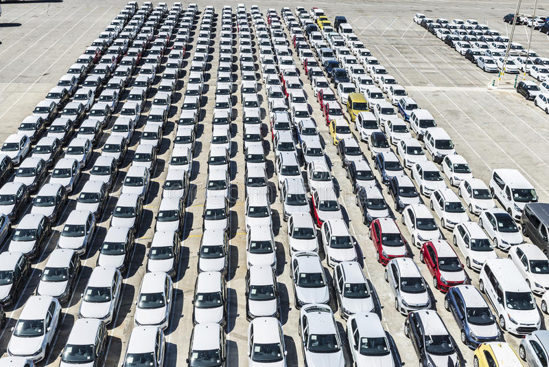 Nuevos coches y furgonetas en el puerto de Barcelona fotografía de archivo
