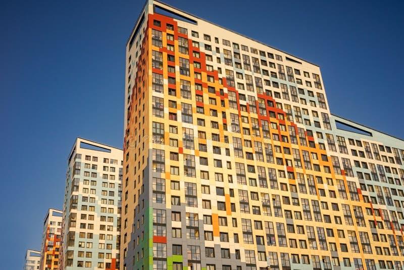 Nuevos edificios de varios pisos Construcci?n de nuevos edificios de varios pisos foto de archivo