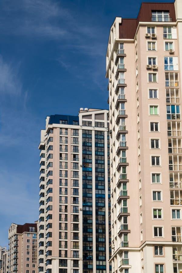 Nuevos edificios de varios pisos residental en nueva área en Minsk fotos de archivo libres de regalías
